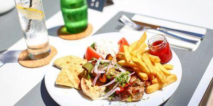 Nyd en lækker frokost i Rhodos by, Rhodos i Grækenland.