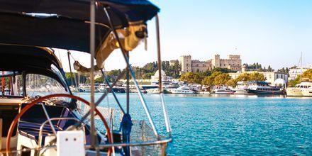 Mandraki-havnen i Rhodos by, Rhodos i Grækenland.