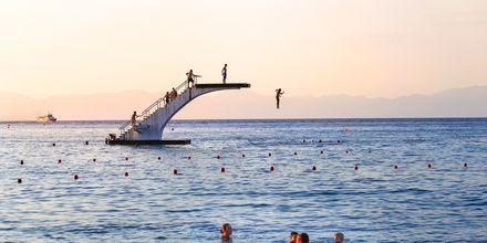 Hoppetårnet på Eli Beach, Rhodos by, Rhodos i Grækenland.
