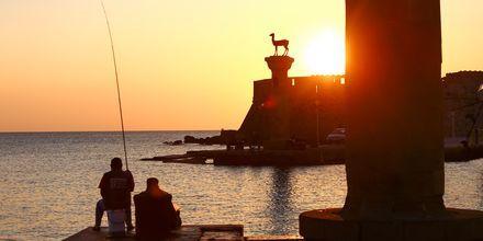 Den verdensberømte Mandraki-havn i Rhodos by.