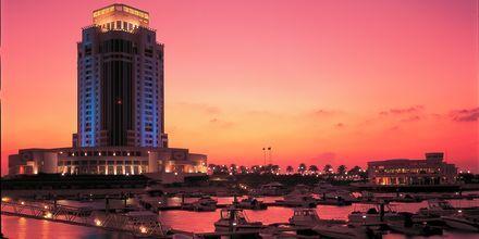 Ritz-Carlton Doha i Doha, Qatar om aftenen.