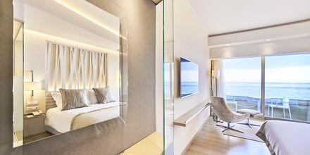 Deluxe-værelse med havudsigt på Hotel Rodos Palace på Rhodos, Grækenland.