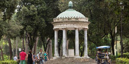 Frodige områder, smukke statuer og monumenter i parken Villa Borghese.
