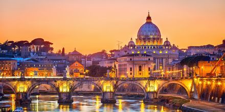 Vatikanstaten i Rom er smukt oplyst om aftenen.