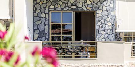 1-værelses lejlighed med balkon i stueplan i strand-/poolbygningen på Hotel Rose i Kato Stalos på Kreta, Grækenland.