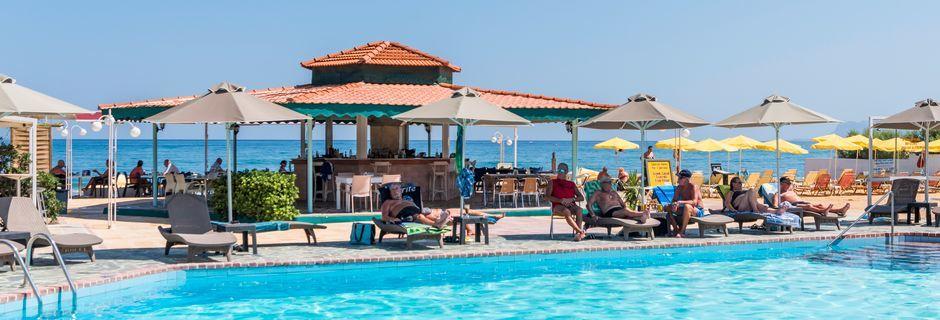 Poolområde på Hotel Rose i Kato Stalos på Kreta, Grækenland.