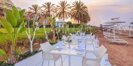 Mulighed for middag for 2 ved stranden på Hotel Santa Marina Plaza på Kreta, Grækenland.