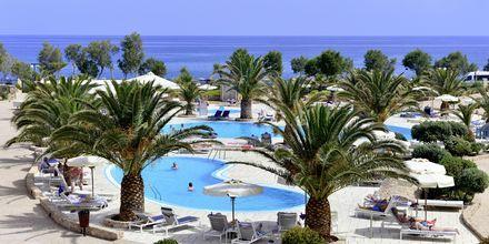 Poolområde på Hotel Santo Miramare Resort på Santorini, Grækenland.