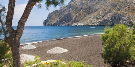 Strand i Kamari på Santorini, Grækenland.
