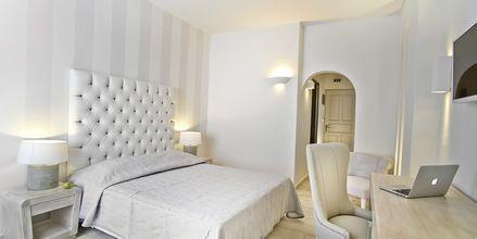 Superior-værelser på hotel Santorini Palace på Santorini.
