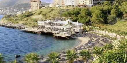 Stranden nedenfor hotellet Santa Quaranta.