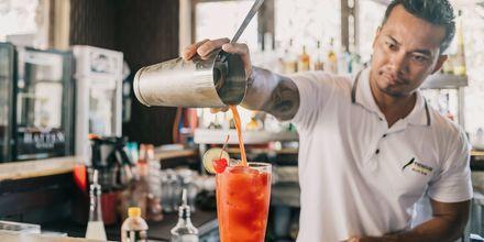 Nyd en drink på Hotel Segara Village, Bali, Indonesien.