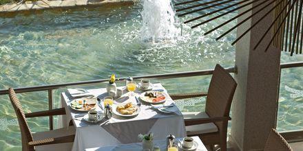 Poolbar/restaurant på Sentido Port Royal Villas & Spa i Afandou på Rhodos