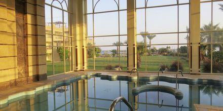 Indendørs pool på nabohotellet Shams Imperial
