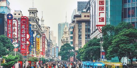 Nanjing Roas er byens puls og mest kendte gade. Her kan du shoppe, feste og spise.