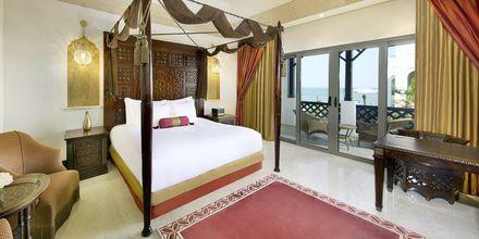 Deluxe-værelse med dobbeltseng på Sharq Village & Spa i Doha, Qatar.