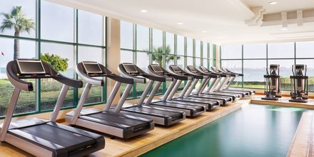 Stort fitnessrum på Sheraton Grand Doha Resort i Doha, Qatar.