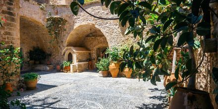 På Toplou-klostret som ligger på det nordøstlige Kreta produceres både vin og olivenolie.
