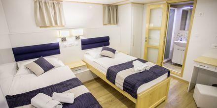 Lys og moderne kahyt med to separate senge M/S Captain Bota.