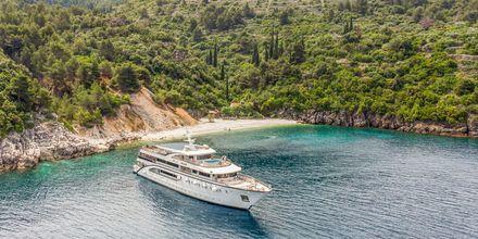 Om dagen lægger bådene også til ved strande eller badebugter.