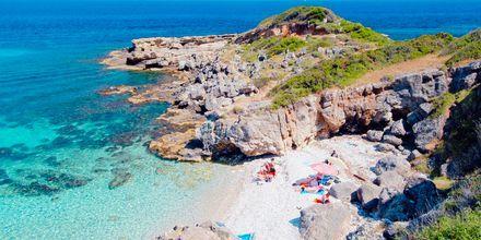 Langs Kefalonias kyst er der mange små badebugter.