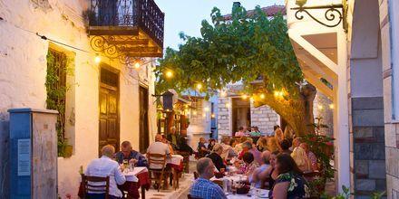 En af de hyggelige restauranter i Skiathos by i Grækenland.