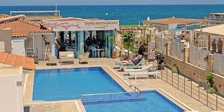 Poolområdet på hotel Sonio Beach i Platanias på Kreta, Grækenland.