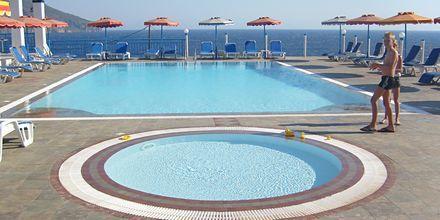 Poolområde på Hotel Sound of The Sea på Karpathos, Grækenland.