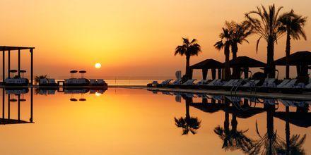 Solnedgang ved pool på St Regis Doha i Doha, Qatar