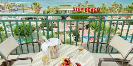 Balkon i dobbeltværelse på Hotel Star Beach Village & Waterpark i Hersonissos på Kreta.