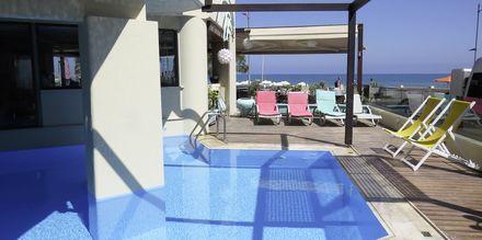 Det lille poolområde på Hotel Steris i Rethymnon by på Kreta, Grækenland.