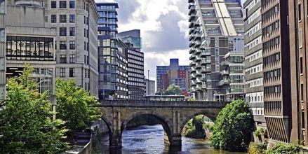 Floden Irwell som løber gennem Manchester kantes af moderne lejligheder.