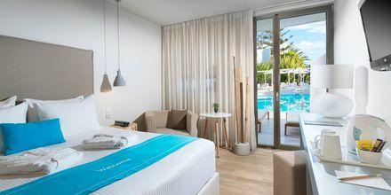 Dobbeltværelse med udeplads og delt pool på The Island på Kreta, Grækenland.