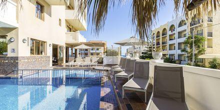 Pool ved sidebygningen på hotel Theartemis Palace på Kreta, Grækenland.