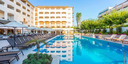 Pool ved hovedbygningen på hotel Theartemis Palace på Kreta, Grækenland.