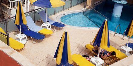 Poolområde på Hotel Theo på Kreta, Grækenland.