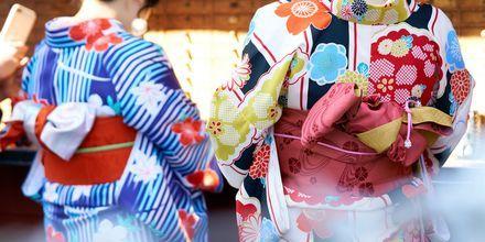 I Japan er der mange traditioner der strækker sig langt tilbage i tiden. Her ser du to geishor i Tokyo.