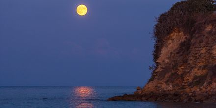 Månen set fra Tragaki på Zakynthos, Grækenland.