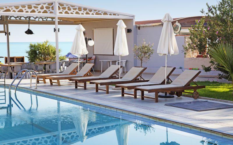 Poolområde på Hotel Tropicana på Kreta, Grækenland.