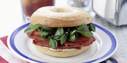 Bagels er meget populære i New York, og de kan fås med forskellige slags cremecheese og pålæg.