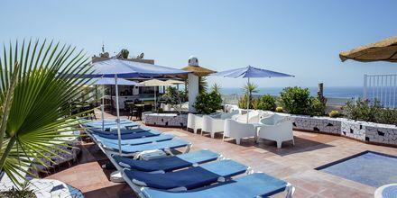 Poolområdet på taget på Hotel Vigilia Park i Los Gigantes på Tenerife, De Kanariske Øer.