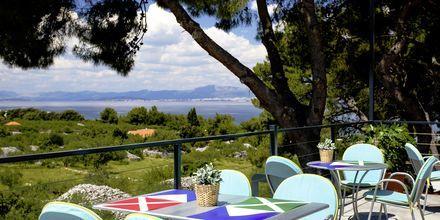 Terrassen på restauranten på Waterman Beach Village Bungalow, Brac, Kroatien.