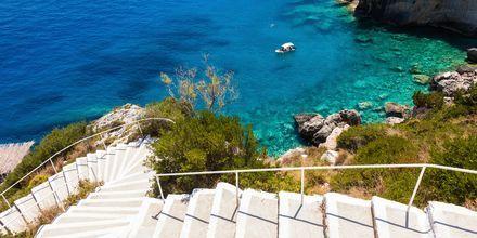 På Zakynthos kan du både vælge mellem at bade fra strande og klipper.